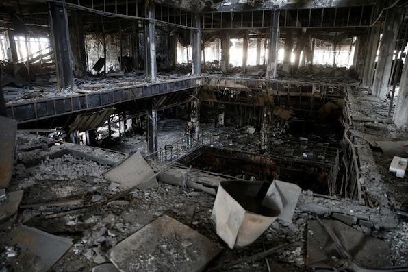 La biblioteca dell'Università di Mosul distrutta dall'incendio appiccato dai miliziani dell'Isis