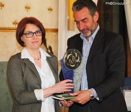 Cristina Salvato premiata da Gianluca Amadori