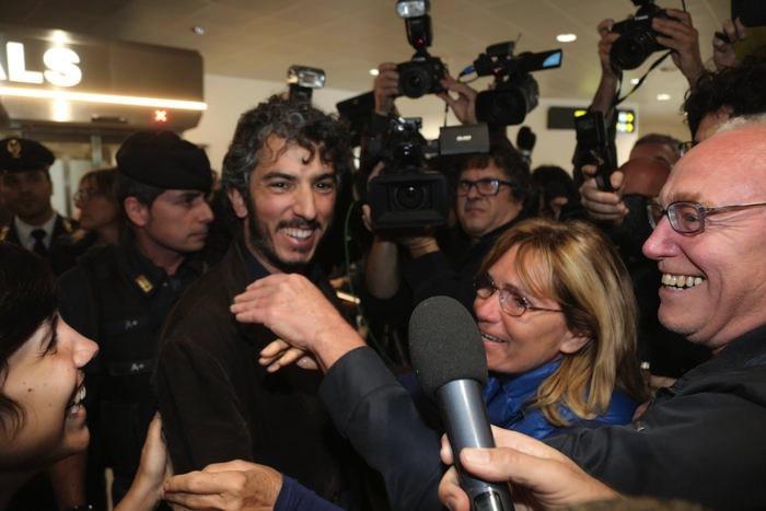 Gabriele Del Grande all'arrivo all'aeroporto di Bologna (Foto Giorgio Benvenuti/Ansa)