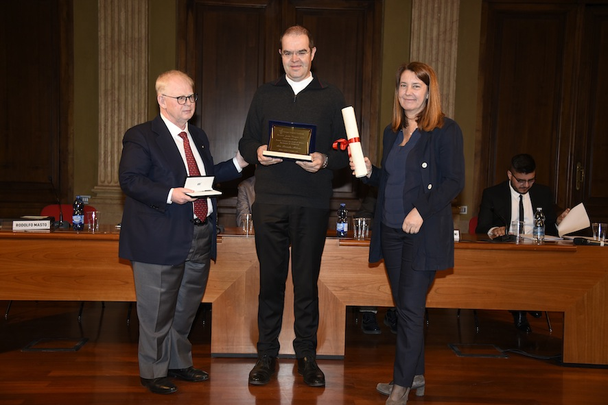 Il commissario dell'Istituto dei Ciechi di Milano Roberto Masto e Rossella Verga del Gruppo Cronisti Lombardi premiano il portavoce della Diocesi di Milano don Davide Milani