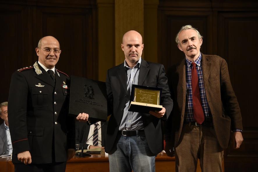 Il comandante provinciale dei Carabinieri Canio Giuseppe La Gala e Orio Vergani, figlio di Guido, consegnano il Premio Vergani Cronista dell'anno 2017 a Massimo Pisa de la Repubblica