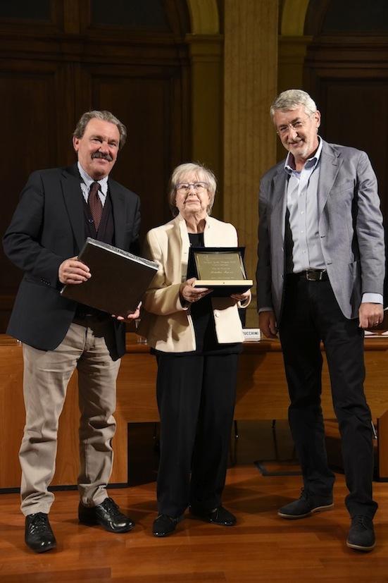 Gabriele Dossena e Umberto Brindani consegnano il premio alla carriera a Natalia Aspesi