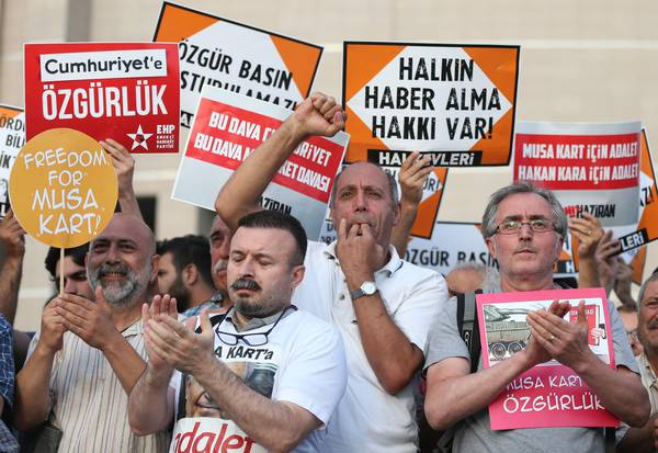 Una delle tante proteste ad Istanbul contro la censura e il processo a Cumhuriyet