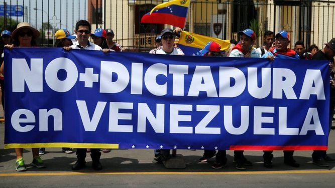 Proteste a Caracas contro il golpe tentato da Maduro per istituire la dittatura in Venezuela