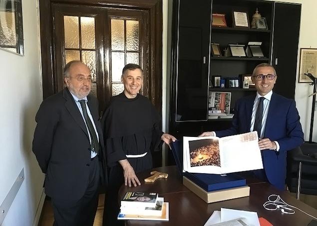Padre Enzo Fortunato con Giuseppe Giulietti e Raffaele Lorusso