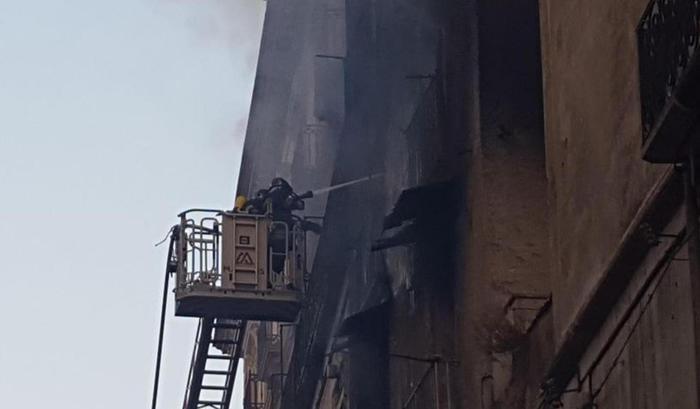I Vigili del Fuoco impegnati nello spegnimento dell'incendio nel centro storico di Cosenza