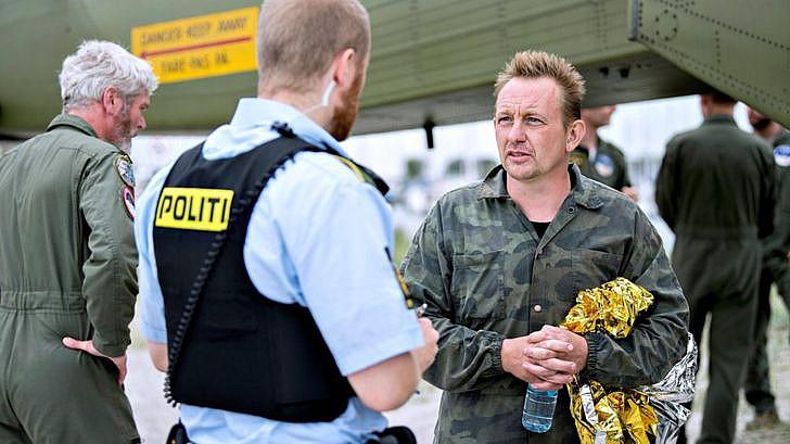 Peter Madsen ascoltato dai poliziotti dopo il salvataggio in mare