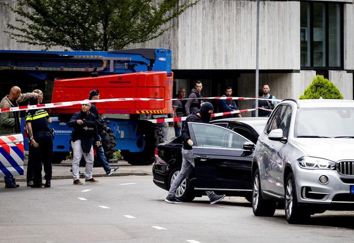 La polizia olandese davanti alla sede della Radio Tv di Stato