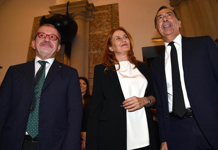 Da sinistra: Roberto Maroni, Monica Maggioni e Giuseppe Sala oggi a Milano per il Prix Italia 2017