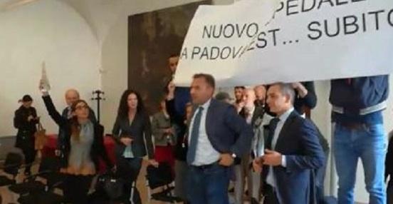 L'irruzione in Municipio durante la conferenza stampa del sindaco di Padova