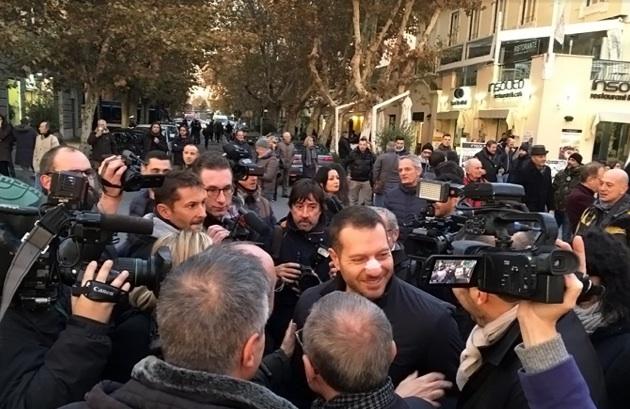 Piervincenzi circondato dai colleghi nel corso della manifestazione di Ostia