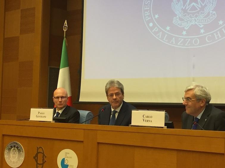 Da sinistra: Sergio Amici, Paolo Gentiloni e Carlo Verna alla conferenza stampa di fine anno (Foto Giornalisti Italia)