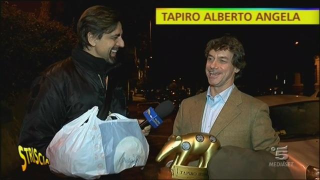 Valerio Staffelli consegna il Tapiro ad Alberto Angela