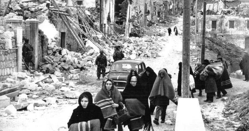 Un'immagine degli sfollati del terribile terremoto che colpì la Valle del Belice, in Sicilia, nel gennaio 1968