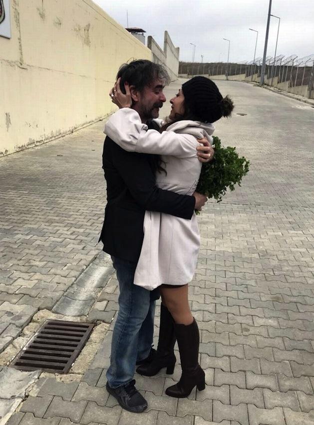 Deniz Yucel abbraccia la moglie dopo 14 mesi di prigionia nelle carceri di Erdogan