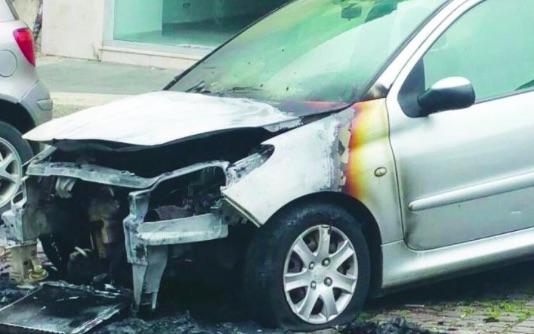 L'auto della compagna di Francesco Mobilio distrutta dall'incendio