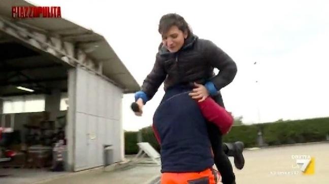 La giornalista Chiara Proietti D'Ambra prelevata di forza
