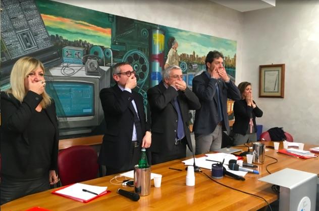 Da sinistra: Paola Spadari, Raffaele Lorusso, Carlo Verna, imbavagliati per protesta nella sede dell'Ordine a Roma