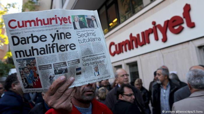 Cittadini e colleghi della stampa protestano contro il processo a Cumhuriyet