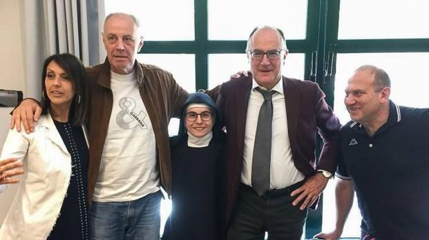 Suor Myriam con il presidente dell'Odg Umbria Roberto Conticelli e gli altri colleghi della Commissione esaminatrice