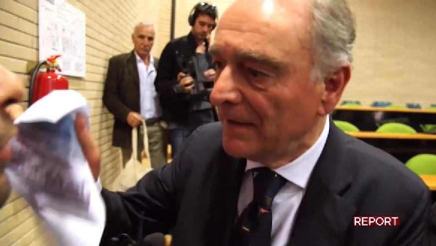 Il presidente di Federbalneari Renato Papagni tenta di infilare il foglio in bocca al giornalista