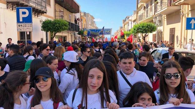 Ragazzi in corteo a Cinisi nel ricordo di Peppino Impastato (Foto Giornale di Sicilia)
