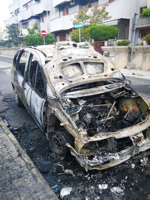 L'autovettura di Giuseppe Corongiu distrutta dalle fiamme