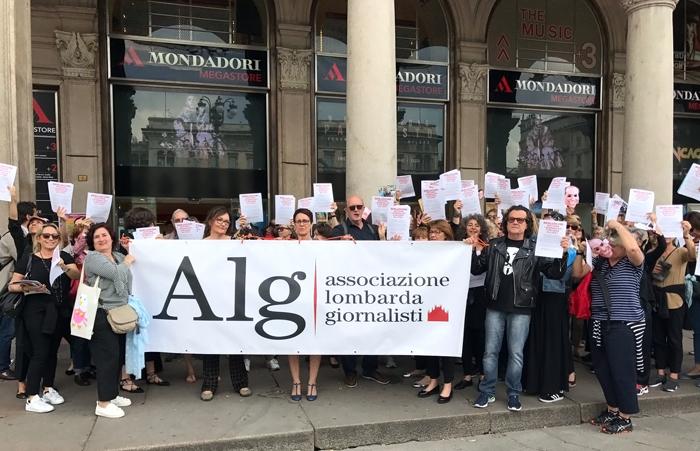 Il presidio dei giornalisti Mondadori, ieri pomeriggio in piazza Duomo a Milano